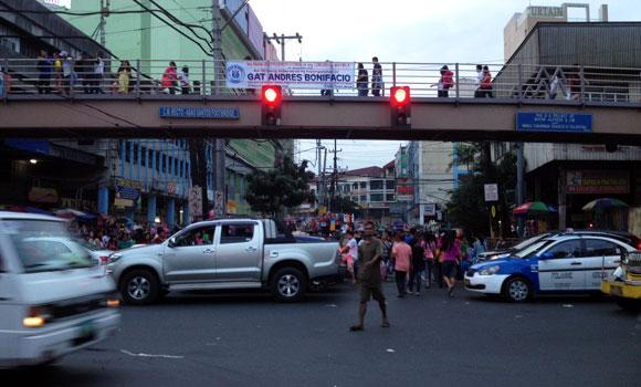 5:30 PM: Papunta ako sa Tutuban Mall. Sa sobrang traffic hanggang dito lang ang byahe ng jeep.